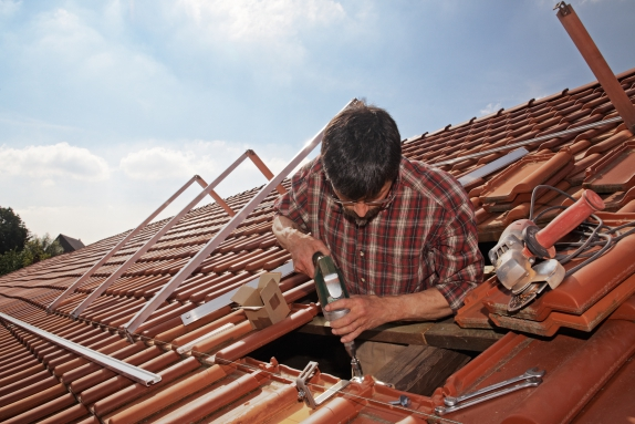 Comment réparer une fuite dans le toit ?