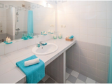 Comment décorer une petite salle de bain?